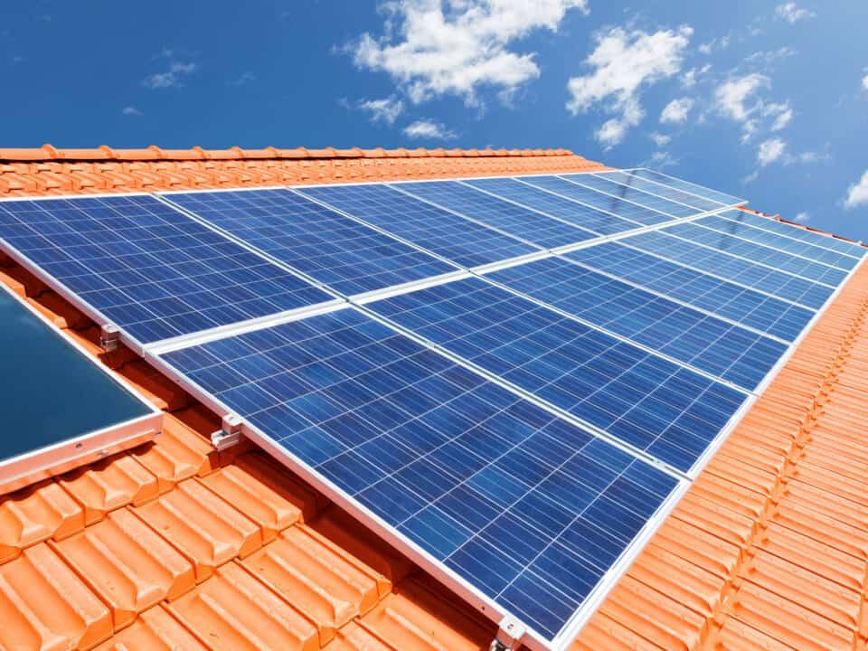 Wady i zalety pobierania energii słonecznej w Polsce