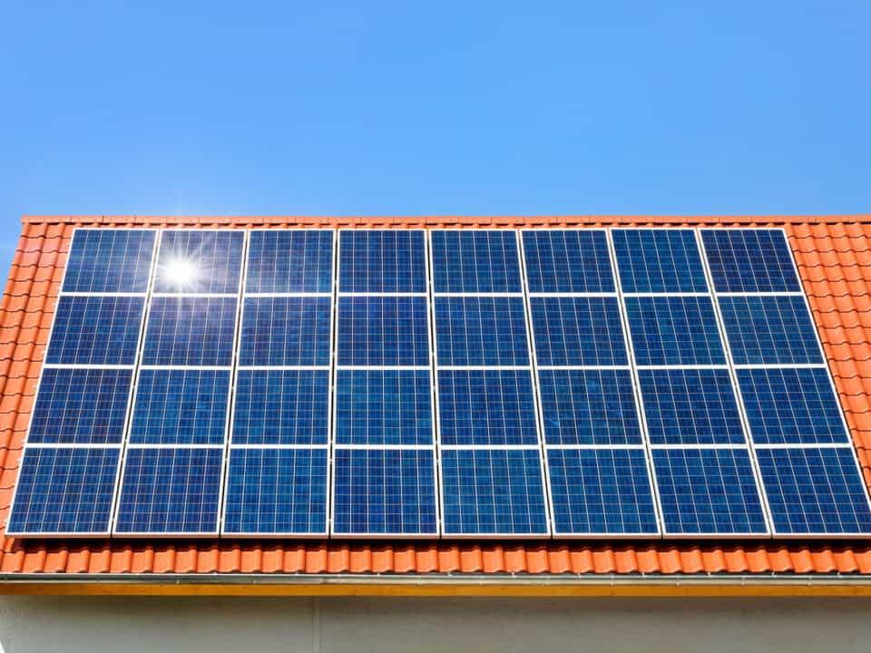 Wpływ dachu na fotowoltaikę – kiedy największy zysk?   Eratoenergy